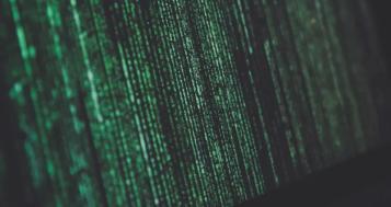 pantalla negra con letras verdes tipo matrix