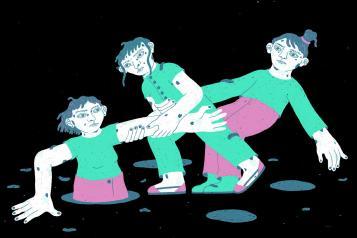 tres dones: una sortint d'un forat i les altres ajudant-la